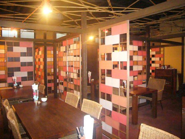 大空間を半個室にした飲食店