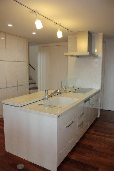 異素材を組み合せた和モダン住宅・キッチンダイニング
