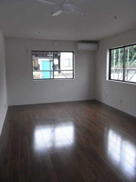 前橋市にある赤茶と白のシンプルな会社事務所併用住宅